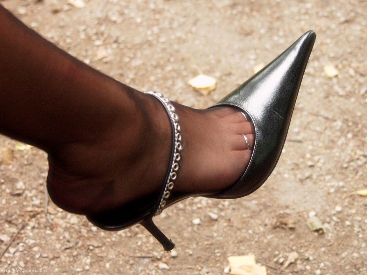 Трамплинг голыми ногами, Трамплинг босиком - видео top Her Flesh HD 3 фотография